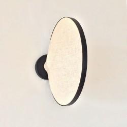 Applique GALAXI à la verticale éclairée avec une ampoule ambrée.